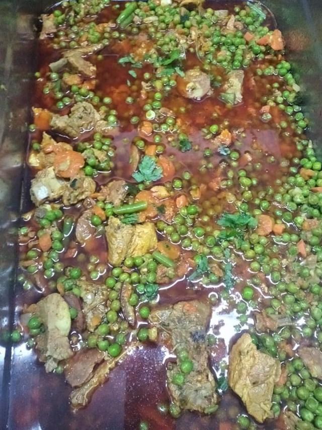 Marmota frita com rabo na boca   Entrecosto estufado com ervilhas e ovo escalfado